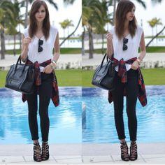 camisa amarrada a la cintura, jeans zapatos altos abiertos negros
