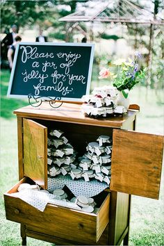 A small jar of jelly makes wonderful #favors for a