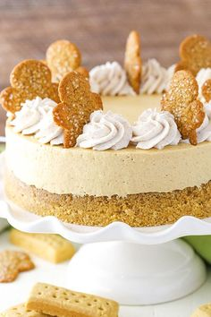 Gingerbread Cheesecake - A great holiday dessert full of flavor and spices! Gingerbread Cheesecake - A great holiday dessert full of flavor and spices! Mini Desserts, No Bake Desserts, Easy Desserts, Dessert Recipes, Dinner Recipes, Holiday Cakes, Christmas Desserts, Christmas Baking, Christmas Cakes