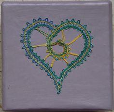 Une mini boite avec un coeur en dentelle aux fuseaux                                                                                                                                                                                 Plus