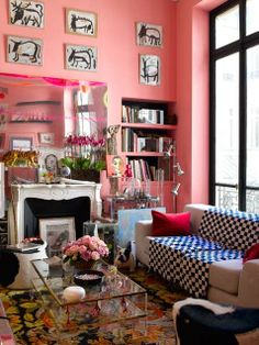Casual Modern Living Room Designs with Colorful Decor Substitute the pink for red. Note the throw on the couch. Diy Home Decor For Apartments, Diy Home Decor On A Budget, Living Room Interior, Living Room Decor, Kitsch, Casual Living Rooms, Modern Living, Pop Art, Colorful Decor