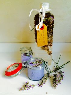 luchtverfrisser van lavendelolie maken Homemade Cleaning Products, Natural Cleaning Products, Flower Bar, Natural Solutions, Diy Hacks, Diy Beauty, Creme, Helpful Hints, Herbalism