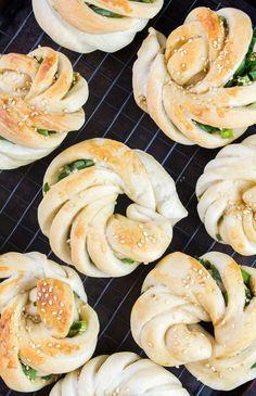 Baked Scallion Buns Onion Cake Recipe, Bun Recipe, Curry Buns, Sesame Seeds Recipes, Bakery Recipes, Bread Recipes, Panes, Sweet Bread, Bread Bun