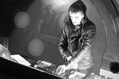 Tom se apresentando como DJ na boate Quids Inn, em Scarborough, na Inglaterra. (28 fev.)