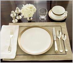 Encontrado: http://www.amareloouro.com/tag/montagem-de-mesa-para-o-cafe-da-manha/