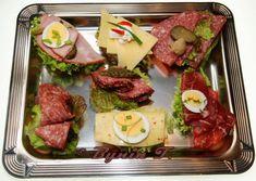 Bagietka ser salami szynka i dodatki: ogórek konserwowy, różyczki kalafiora Tuna, Sushi, Meat, Ethnic Recipes, Food, Philadelphia, Essen, Meals, Yemek