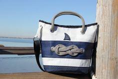 Borsa in vela riciclata con nodo marinaro - dacron e tessuto nautico blue    #handmade #bag #borsa #sailbag #borsavela #unique #artigianale #madeinitaly #bolina #sail #vela #lignano #recycled #riciclo #blue #savoia #nodomarinaro #nodo #knot