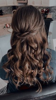 perfect half up - half down hairstyle. [Video] in perfect half up - half down hairstyle. Quince Hairstyles, Formal Hairstyles For Long Hair, Up Hairstyles, Short Hair, Wedding Guest Hairstyles Long, Office Hairstyles, Stylish Hairstyles, Hairstyle Short, School Hairstyles