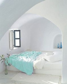 I would love to have a semi enclosed bed like this!