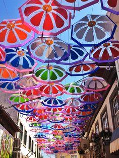Straten vol kleurrijke paraplu's   | roomed.nl