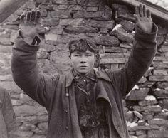 Un jeune soldat SS capturé par les États-Unis 3ème Division blindée sur 15 janvier 1945 A young SS soldier captured by the U.S. 3rd Armored Division on January 15, 1945