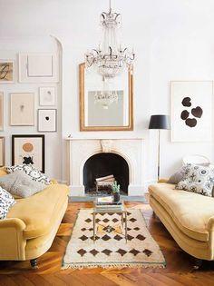 É o tipo de disposição de sofás que te ajuda a chamar atenção para um ponto específico da decoração do seu lar. Como a lareira, neste caso abaixo. Sala de estar com sofá amarelo.