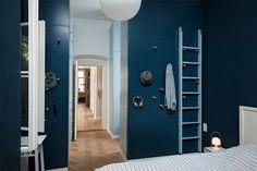 8-quarto-colorido-com-cabideiro-na-parede