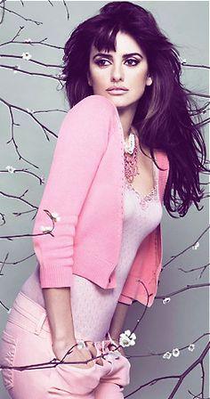 @PinFantasy - Penelope Cruz - Pink... VERY nice. - ✯ http://www.pinterest.com/PinFantasy/gente-~-celebs-celebridades/