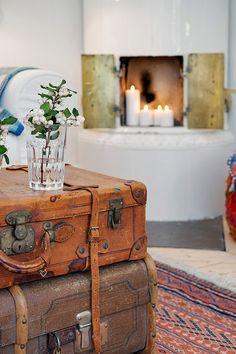 Un gran minipiso de estilo escandinavo. Detalle: maletas vintage como mesa de centro