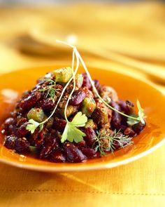 Recette Chili végétarien :  Préparez tous les ingrédients.Chauffez l'huile d'olive dans une sauteuse, ajoutez les oignons, le céleri, les poivrons verts, les carottes, l'ail, les champignons, les épices, le sel et le poivre.Cuire en remuant 1 à 2 minutes.Ajoutez le reste des ingrédients....