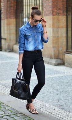 Look basico camisa jeans calça preta e sapatilha.