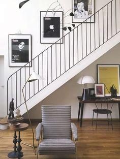 Un escalier en métal sombre comme élément central de cette maison parisienne. Plus de photos sur Côté Maison petitlien.fr/7v6f