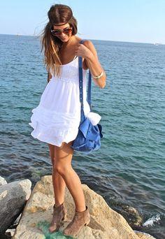Vestido blanco combinado con bolso azul: ideal para el verano!