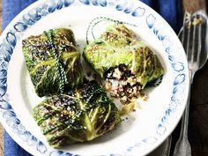 Hübsch verpackt zum Weihnachtsfest - Wirsingwickel mit Quinoafüllung | Zeit: 40 Min. | http://eatsmarter.de/rezepte/wirsingwickel-mit-quinoafuellung