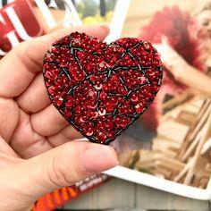 Искрящееся сердце ❤️ переливается невероятно✨ Брошь сделана из красных кристаллов и нескольких сотен пайеток, здесь также использован японский бисер и стеклярус. Изнанка - шёлковый бархат. Приедет в коробочке Видео есть после фото, листайте карусель. . размер броши 5.5х5.5 см цена 2700 рублей Доставка почтой по России бесплатно . ❌ПРОДАНА❌ . Пишите в Директ, комментариях или в Вайбер/ватсап - прямая ссылка на них в профиле