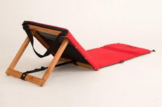 Chilly a chaise practical and easy to carry Pool Patio Furniture, Funky Furniture, Furniture Projects, Wood Projects, Woodworking Projects, Furniture Design, Chaise Longue Diy, Outdoor Couch, Diy Fire Pit