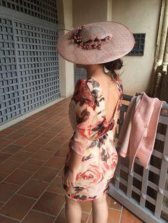 Tamara elegantísima con su vestido #the2ndskin y su pamela en tonos nude de CaridenicolasTocados #CarideNicolasTocados www.caridenicolas.com