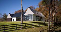 Až kýčovitě dokonalý je Becherer House v Albemarle County v americkém státě Virginia. Rodinný domek je koncipován jako tři samostatné pavilony a spokojeně sedí na kopci na okraji lesa, odkud se jeho obyvatelům nabízí pohledy pouze do liduprázdné přírody. www.robertgurneyarchitect.com
