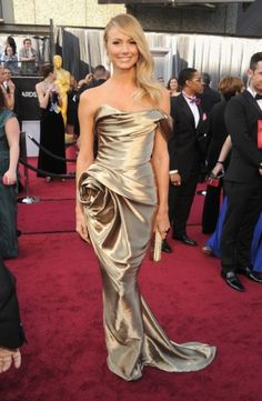George Clooney's girlfriend, Stacy Keibler dresses in a gorgeous gold Marchesa gown...Oscar who?