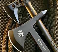 Reino Faqueiro M48 Hawk (parte superior) e Smith & Wesson SW671 Tomahawk (parte inferior).