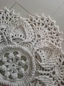 This beautiful romantic small rug is handmade, crochet. Shabby Chic Lamps, Boho Style, Boho Chic, Round Rugs, Cool Rugs, Beautiful Patterns, Small Rugs, Handmade Rugs, Boho Fashion
