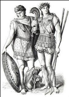 Na grécia antiga os homens vestiam uma túnica (chiton) e uma capa (himation) . Os trabalhadores quase sempre usavam chiton muito curtos , que lhes davam maior liberdade de movimentos . Por vezes, os mais jovens só envergavam a himation, que pendia de um dos ombros e era enrolada em torno das ancas.