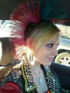Triple mohawk with bangs. Deathrock Fashion, Punk Fashion, Dread Hairstyles, Girl Hairstyles, Punk Rock Girls, Estilo Punk Rock, Skinhead Girl, Skin Head, Roll Hairstyle
