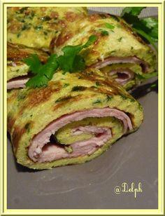 Pas trop le temps de cuisiner ce soir, alors Hop un repas vite fait....Une omelette c'est simple, rapide et toujours appréciée.... Ingrédients: 6 œufs 4 tranches de jambon à l'os 2 c. à s. de crème fraîche une dizaine de brin de ciboulette 10 feuilles...