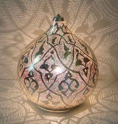 """Die orientalische Lampe """"Malika XL"""" sorgt für knisternde Romantik. Durch das perforierte Kupferblech fällt stimmungsvolles, indirektes Licht an die Wände und schafft dort bezaubernde Lichtakzente. Tipp: Wir haben eine große Auswahl an..."""