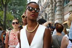 Las perlas se han considerado durante mucho tiempo como una piedra para las mujeres maduras. Por lo tanto, hay mujeres que les da miedo usar las joyas con perlas. Y decimos: ¡en vano! Solo mira las ideas modernas. ¡Estas joyas no añaden años adicionales y se ven muy elegantes Sunglasses Women, Fashion Accessories, Pearls, Trends, Jewels, Chic, Women, Rock