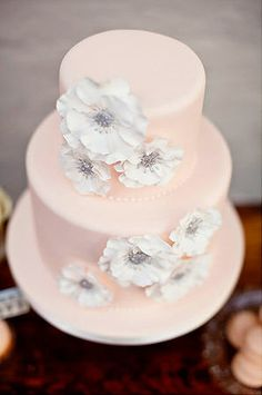 gâteau de marriage fleuri / floral wedding cake. so pretty in pink with white flowers and silver centers!