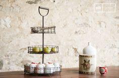 Diseñado totalmente en metal, la cesta vintage Annelle viene en un color marrón mate que refuerza el espíritu retro del producto.