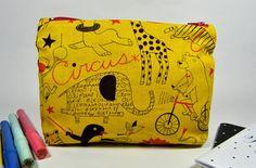 Pochette astuccio a trapezio, con cerniera, in cotone giallo strutturato fantasia simpatici animali circensi. Astuccio portatutto.