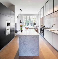 Obumex is the reference for the design of bespoke kitchens as living kitchens, design kitchens, modern kitchens or country kitchens. Green Kitchen, Kitchen Dining, Kitchen Decor, Kitchen Wood, Kitchen Island, New Kitchen Designs, Interior Design Kitchen, Modern Interior, Black Kitchens