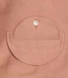 Interesting pocket detail here. Techniques Couture, Sewing Techniques, Sewing Pockets, Look Retro, Mode Boho, Fashion Details, Fashion Design, Winter Mode, Pattern Cutting