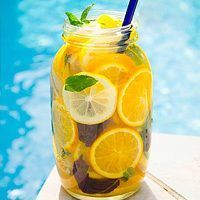 Fruit infused water: Lemons and mint in a mason jar! Cucumber Infused Water, Stiff Neck Remedies, Beach Cocktails, Weight Loss Water, Refreshing Drinks, Raw Food Recipes, Healthy Recipes, Healthy Drinks, Home Remedies