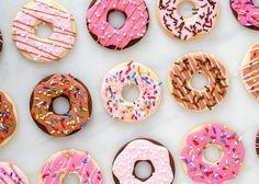 """Ik riep het al jaren: """"Laura, met jou zouik wel eens koekjes willen decoreren."""" Die dag is gekomen en wat een leukerds hebben wij gemaakt, al zeg ik het zelf. Deze donut koekjes kan iedereen maken,want je hoeftje niet druk te maken om details en kunt helemaal wild gaan met sprinkles. En zeg nou eerlijk,...Lees Meer »"""