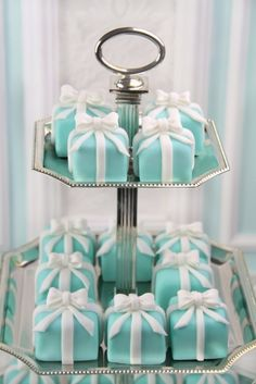 This would be too cute. Tiffany's blue cupcakes <3 LOVE IT     Mini Cake missbeckybi