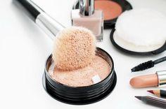 Cómo aplicar los polvos traslúcidos. ¿Utilizas polvos traslúcidos? Este producto es uno de los más usados en televisión, cine y fotografía para reducir esos brillos que pueden aparecer en el rostro, sobre todo en la zona T del rostro (fr...