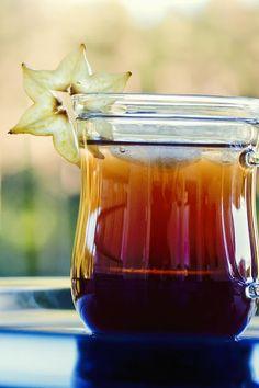 Vuorenkilpijäätee 3 dl vettä 1/2 tl vuorenkilpijauhetta 2-3 tl sokeria tai hunajaa karambolaa jäitä Valmistus Vuorenkilpijauhe tehdään vuorenkilven fermentoituneista mustista lehdistä pyöräyttämäll…