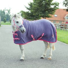 This soft fleece rug is ideal to transport your pony in style.