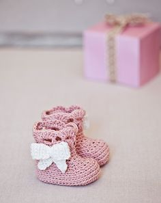 Ravelry: Vintage Bow Boots pattern by Mon Petit Violon, pattern is available in Super Cute Crochet for Little Feet book.