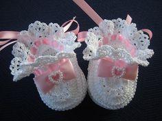 Pink and White Crochet Baby Bo Crochet Baby Beanie, Crochet Baby Sandals, Baby Girl Crochet, Crochet Shoes, Crochet Baby Booties, Crochet Slippers, Cute Crochet, Crochet For Kids, Baby Blanket Crochet