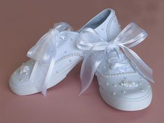 Decorated Wedding Tennies with Scattered Pearls Wedding Tennis Shoes, Converse Wedding Shoes, Wedding Sneakers, Bride Sneakers, Lace Sneakers, Pretty Shoes, Cute Shoes, Nike Tights, Decorated Shoes
